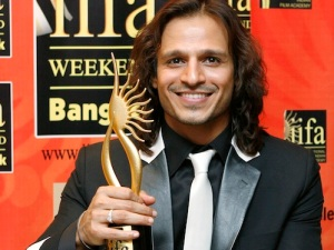 Bollywood actor Oberoi poses with award for best negative role for the film Shootout at Lokhandwala during IIFA awards in Bangkok